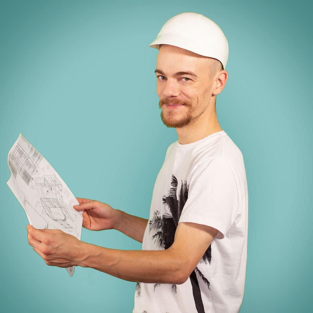 portrait homme avec un casque tenant un plan