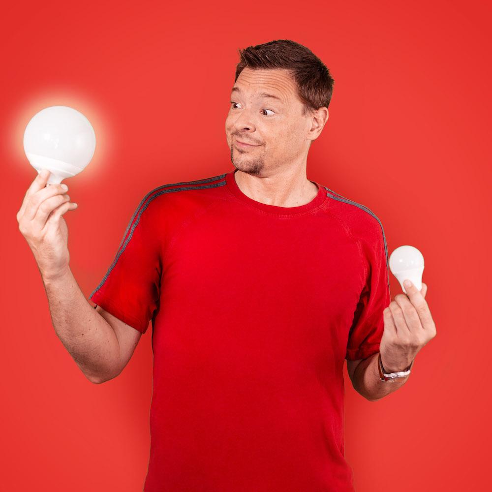 portrait homme tenant des ampoules