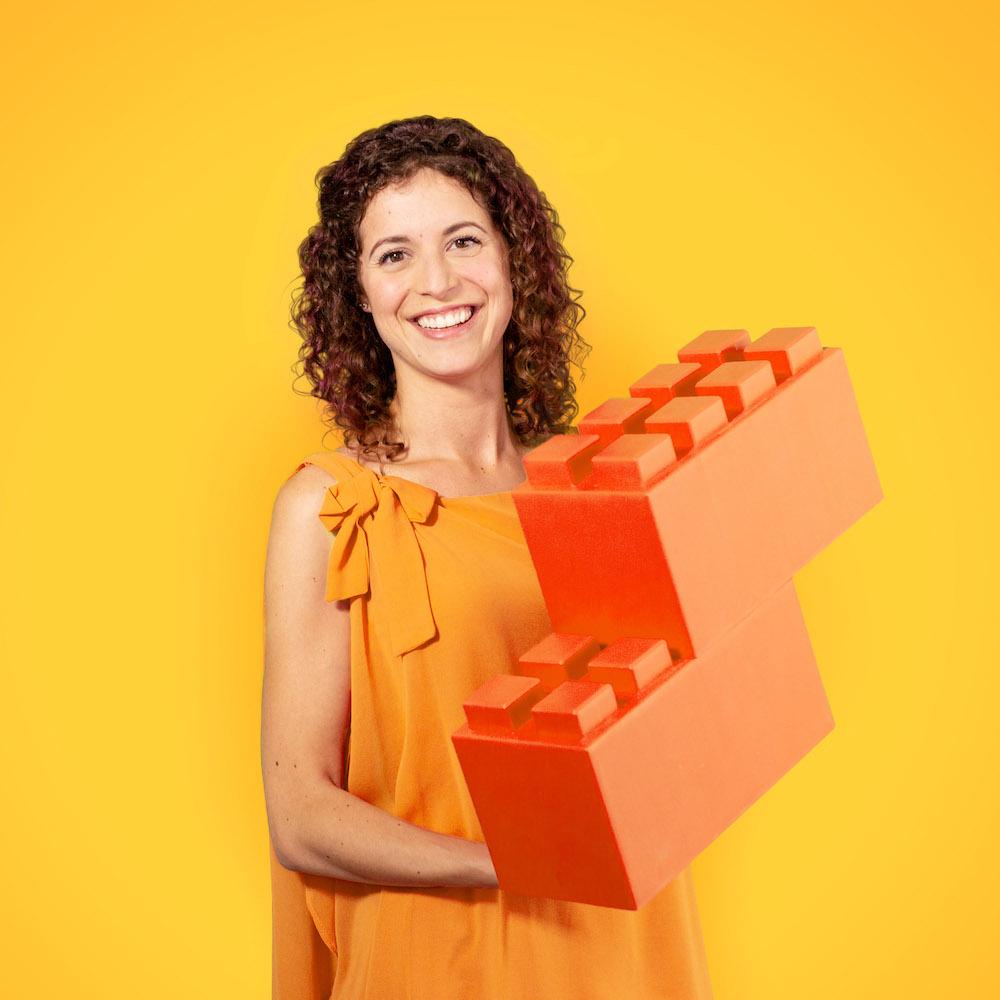 portrait femme tenant des briques lego